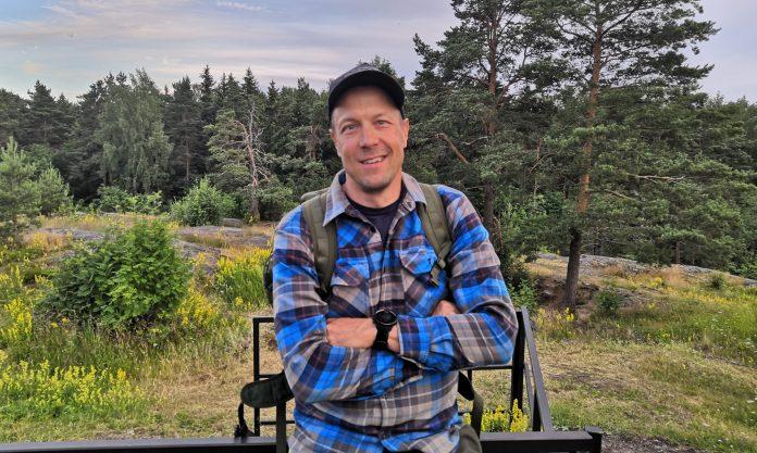Toimittaja Mikko Peltola Pajamäen Patterimäellä